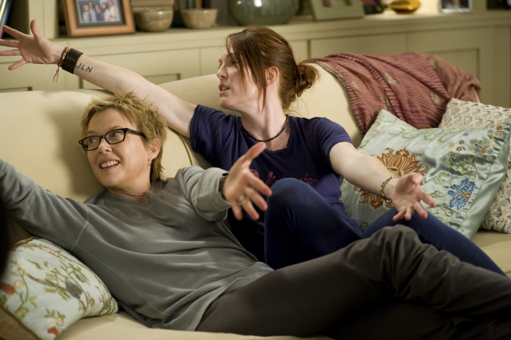 24.kids-are-all-right-2010-001-annette-bening-julianne-moore-on-sofa