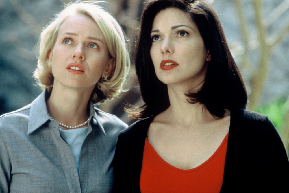 27. mulholland-dr-2001-006-naomi-watts-laura-elena-harring-outside-looking-up